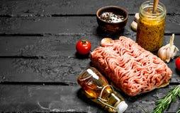 Surowy minced mięso z pikantność i słojem musztarda zdjęcie stock