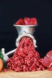 Surowy Mincer z świeżym minced wołowiny mięsem fotografia royalty free