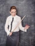 Surowy nauczyciel z drewnianym pointerem fotografia stock