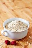 Surowy oatmeal na drewnianym stole Zdjęcie Stock