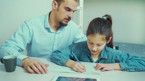 Surowy ojciec jest gniewny z jego córką robi pracie domowej zbiory wideo