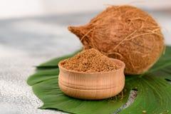 Surowy Organicznie Kokosowej palmy cukier w pucharze obrazy royalty free