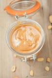 Surowy organicznie masło orzechowe na drewnianym tle Zdjęcie Royalty Free