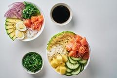 Surowy Organicznie potrącenie puchar z z ryż, avocado, łososiem, mango, ogórkami, chuka sałatką, przepiórek jajkami, słodkimi ceb obraz royalty free