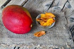 Surowy organicznie wysuszony mango w szklanym pucharze świeżej dojrzałej mangowej owoc na drewnianym wieśniaka stole i obraz stock