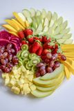Surowy owoc asortymentu półmisek na białym talerzu na białym stole, zdjęcie stock