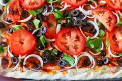 Surowy pizzy zakończenie w górę odgórnego widoku, pizzy tło Fotografia Stock