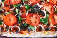 Surowy pizzy zakończenie w górę odgórnego widoku, pizzy tło Zdjęcie Royalty Free