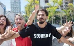 Surowy pracownik ochrony z fan przy koncertem zdjęcia stock