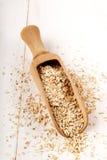 Surowy pszeniczny otręby na drewnianej miarce fotografia royalty free