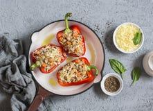Surowy quinoa faszerujący słodcy pieprze w ciskającej żelaznej rynience Odgórny widok Zdrowy, jarski jedzenie, Obraz Stock