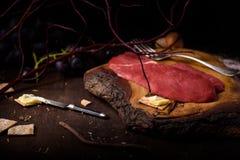 Surowy ribeye wołowiny stek, kulinarni składniki na drewnianym stole Zdjęcie Stock