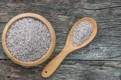 Surowy Riceberry Rice w drewnianym pucharze z łyżką na naturalnym drewna bac Obrazy Stock