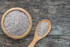 Surowy Riceberry Rice w drewnianym pucharze z łyżką na naturalnym drewna bac Zdjęcie Stock