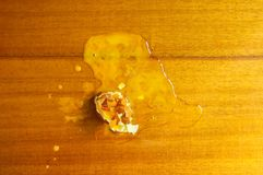 Surowy roztrzaskujący jajko obrazy stock
