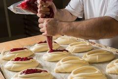 Surowy słodki drożdżowy ciasto na wypiekowym prześcieradle, podsadzkowe babeczki przyskrzynia wypiekowy przygotowanie Pojęcie sze Fotografia Stock