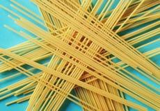 Surowy spaghetti na błękitnym tle zdjęcie stock