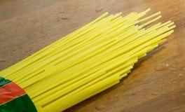 Surowy spaghetti na stole Zdjęcie Stock