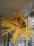 Surowy spaghetti w garnku wrząca woda zdjęcie royalty free