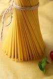 Surowy spaghetti w wiązce Obraz Royalty Free
