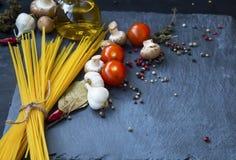 Surowy spaghetti z kumberlandów składnikami, czosnek, pikantność, pomidory, o Obraz Stock