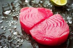 Surowy stek tuńczyka tuńczyk żółtopłetwowy przepasuje obraz stock