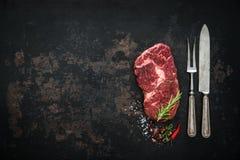 Surowy suchy starzejący się wołowiny ribeye stek Zdjęcia Royalty Free