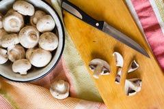 Surowy szampinion ono rozrasta się na drewnianym stołowym tle fotografia stock