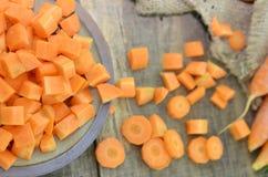 Surowy talerz z diced i pokrojoną marchewką na drewnianym stole fotografia stock