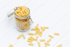 Surowy tortiglioni makaron na szklanym słoju Zdjęcia Stock