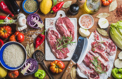 Surowy uncooked jagnięcy mięsny asortyment, ryż, olej, pikantność i warzywa, obraz royalty free