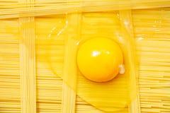 Surowy uncooked włoski makaronu tagliatelle z, makaronu krajacz, puchary z białą mąką i łamany jajko, Odgórny widok z przestrzeni zdjęcia royalty free