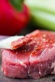 Surowy wołowina stek, smarujący pomidorowego kumberlandu muśnięcie, gotować wyśmienicie obrazy stock