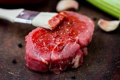 Surowy wołowina stek, smarujący pomidorowego kumberlandu muśnięcie, gotować wyśmienicie zdjęcia stock