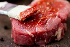 Surowy wołowina stek, smarujący pomidorowego kumberlandu muśnięcie, gotować wyśmienicie obraz royalty free