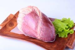 Surowy wołowiny serce, sałata i leaf na drewnianym biurku na białym tle od above i odbitkowej przestrzeni Przygotowywający dla go Zdjęcie Royalty Free
