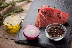 Surowy wołowina stek na drewnianej desce Obrazy Royalty Free