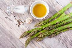 Surowy zielony asparagus wywodzi si? na drewnianej powierzchni, mieszkanie nieatutowy obrazy royalty free