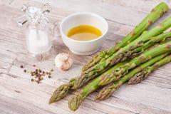 Surowy zielony asparagus wywodzi si? na drewnianej powierzchni, mieszkanie nieatutowy zdjęcie royalty free