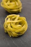Surowy zielony tagliatelle makaron na łupkowym talerzu Fotografia Stock