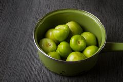 Surowy zielony tomatillo zdjęcie royalty free