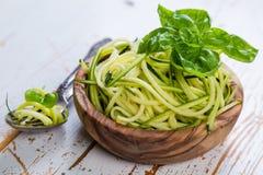 Surowy zucchini makaron na białym tle Zdjęcia Royalty Free