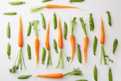 Surowych marchewek i zielonych grochów wzór Zdjęcie Stock