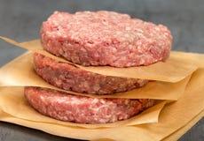 Surowych zmielonych wołowiien mięsnych cutlets zamknięty up Obrazy Stock