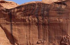 Surplomb de mur de roche photographie stock libre de droits