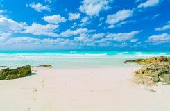 Surpreendendo, opinião natural lindo da paisagem da ilha de Santa Maria Cuban, entrada tropical da praia, passagem ao invit tranq fotos de stock