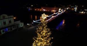 Surpreendendo perto acima da vista aérea da árvore de Natal do conto de fadas da noite, Uzhgorod, Ucrânia, 4k video estoque