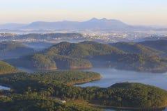 Surpreendendo, vista bonita do lago Lam de Tuyen Fotos de Stock Royalty Free