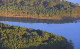 Surpreendendo, vista bonita do lago Lam de Tuyen Fotografia de Stock Royalty Free