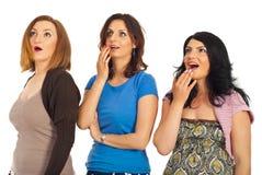 Surpreendido três mulheres em uma fileira Imagem de Stock